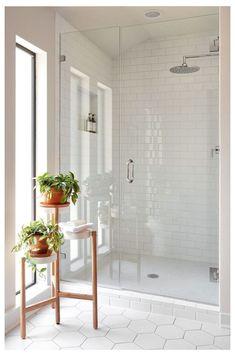 40 Modern Bathroom Tile Designs and Trends 40 moderne Badezimmerfliesen Designs und Trends Modern White Bathroom, Modern Bathroom Design, Bathroom Interior Design, Bathroom Grey, Bath Design, Bathroom Mirrors, Bathroom Small, Marble Bathrooms, White Master Bathroom