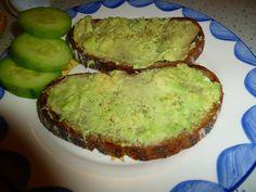 Resteverwertung kann so richtig lecker schmecken, wie hier bei Mimi: Brot mit viel Avocado, Zitrone, Salz und Pfeffer, dazu ein bisschen Gurke. Mehr braucht man nicht zum Glücklichsein. http://mimsiskitchen.blogspot.de/2013/02/vegan-wednesday-200213.html