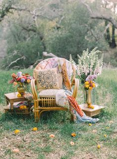 Bohemian boho wedding decor| photo booth area with chair. Photography: Mariel Hannah Photography