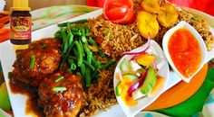 Surinaams eten – 5-Sterren Nasi Trafasie (nasi met ketjap kip, gebakken banaan, zuurgoed en nasi tomaat sambal) Caribbean Recipes, Caribbean Food, Suriname Food, Latin American Food, Asian Recipes, Ethnic Recipes, West Indian, Tandoori Chicken, Soul Food