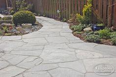 Kavala Flagstones, grijstinten - verkrijgbaar bij The Flagstone Company Outside Living, Outdoor Living, Outdoor Decor, Stone Deck, Garden Inspiration, Garden Ideas, Walkway, Terrace, Pergola