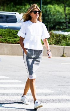 stan smith adidas skirt white top New York fashion week september 2015 settembre Sneakers To Work, Skirt And Sneakers, Sneakers Street Style, Casual Street Style, Casual Chic, Adidas Sneakers, White Sneakers, Sneakers Fashion, Beach Style