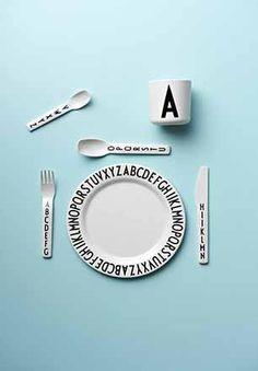 Pakketilbud fra Design Letters spisepakke med Arne Jacobsen typografi.   Lærke og Lillebror