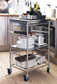 Tijdens het koken eenvoudig al je spullen bij de hand met deze GRUNDTAL roltafel.  #IKEA