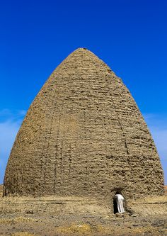 ˚Beehive Tombs, Old Dongola, Sudan. Old Dongola is a town in Sudan, on the east bank of the Nile opposite the Wadi Al-Malik. It is 50 miles km) upstream from (New) Dongola. Old Dongola was the departure point for caravans west to Darfur and Kordofan. Vernacular Architecture, Historical Architecture, Art And Architecture, Ancient Architecture, Les Seychelles, Ancient Mysteries, Africa Travel, Vietnam Travel, African History