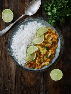 Voici une recette qu'on a adoré à la maison ! Un curry de chou fleur aux lentilles corail aux saveurs parfumées et épicées ! Un concentré de douceurs avec un bon plat doudou adopté par toute la famille (sauf mon petit dernier qui refait un épisode de 'je boude tout ce qui ne ressemble pas à des pâtes ou du riz nature' ...) C'est un curry vite réalisé qui gagnera encore plus en saveurs si vous prenez le soin de faire revenir les épisodes dans une matière grasse et chaude au préalable, avant…