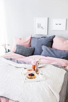 Pastel Dreams! Die weichen Herbst Pastelle lassen das Schlafzimmer erstrahlen, füllen es mit natürlicher Wärme und sorgen für den nötigen Wohlfühl-Faktor an den kalten Tagen. Die Bettwäsche in zartem Rosa und dunklem Grau läd zum Träumen ein! // Pastell Wohnen Farben Bettwäsche Einrichten Bett Wandfarbe