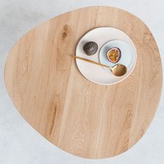 der couchtisch egg zeichnet sich durch seine schlichte schonheit und hervorragende verarbeitung aus von hand