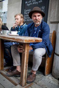 2015-06-30のファッションスナップ。着用アイテム・キーワードは40代~, シューズ, ジャケット, チノパン, ハット, 青シャツ,etc. 理想の着こなし・コーディネートがきっとここに。| No:115600