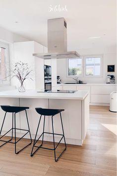 White Kitchen Interior, Home Decor Kitchen, New Kitchen, Kitchen White, Black Kitchens, Home Kitchens, Modern Kitchen Design, Home Living Room, Home Interior Design
