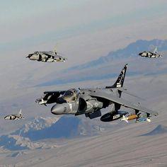 """El Harrier, también llamado """"Harrier Jump Jet"""" o el """"Jump Jet"""", es un avión a reacción militar de diseño británico capaz de realizar despegues y aterrizajes verticales/cortos, mediante empuje vectorial."""