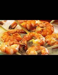 Recette Crevettes sauce curry : Décortiquez les crevettes, faites-les rissoler à feu moyen avec 2-3 c. à café d'huile d'olive dans une poêle et saupoudrez de quelques pincées de curry.Lorsque les crevettes ont rissolées, versez la crème liquide, ajoutez le sel et la ciboulette ciselée.Lai...