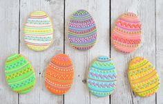 Ze horen bij Pasen; gedecoreerde paaseitjes. Ik maakte paasei koekjes. Met diverse kleuren Royal icing maak je zelf de allerleukste paasei koekjes!