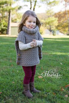 Side Buttoned Poncho and Girl Models – Knitting And We Crochet Baby Poncho, Crochet Girls, Knitted Poncho, Crochet For Kids, Raglan Pullover, Pullover Sweaters, Stylish Baby Clothes, Vest Pattern, Baby Knitting Patterns