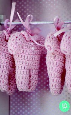 Sachê perfumado em roupinha de croche para lembrancinha de maternidade