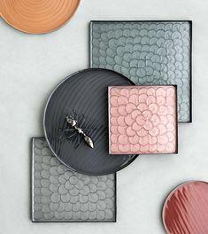 Dienbladen Sara van Broste Copenhagen, van metaal en emaille in prachtige kleuren en patronen.