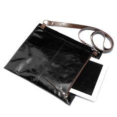 Lindy in black. Tech-Chic crossbody #betechchic #behobo #fallfashion Hobo giveaway