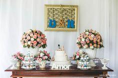 Mesa simples com iniciais e arranjos de flores
