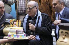 """El dibujante argentino Joaquín Salvador Lavado (c), """"Quino"""", participa en una celebración con motivo del 50 aniversario de la creación del personaje Mafalda hoy, lunes 29 de septiembre de 2014, en el Paseo de la Historieta del barrio San Telmo de Buenos Aires (Argentina). Durante la celebración se presentaron las estatuas de Manolito y Susanita."""