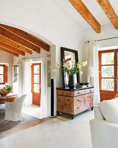 Relax i tranquil.litat en una casa a Mallorca Mediterranean Living Rooms, Piece A Vivre, Exposed Beams, Elle Decor, House Floor Plans, Home Decor Styles, Ibiza, Sweet Home, Relax