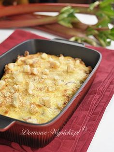 Przepis na zapiekanka rabarbarowa. Zapiekanka ze świeżego rabarbaru, pokryta cienką, serową pierzynką. Idealna na szybki poobiedni deser.