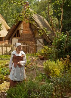 A cottage garden in Little Woodham Living History Village, Hampshire, England Medieval Village, Medieval Houses, Medieval Life, Medieval Castle, Medieval Fantasy, Photo D Art, 17th Century, Middle Ages, Ancient History