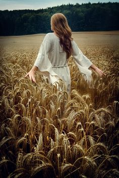 She walked through fields of gold 🌾 Fields Of Gold, Girl Photography, Creative Photography, Field Of Dreams, Wheat Fields, Shooting Photo, Belle Photo, Senior Pictures, Beautiful Pictures
