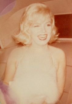 Marilyn arriving at Yves Montand's one-man-show at Broadway, 1959.