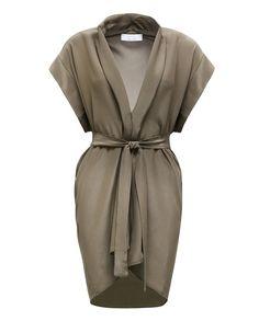 Шелковое #платье с запахом из коллекции #Kaos. В сочетании с массивными сандалиями и свободными жакетами формирует строгий и удобный образ в стиле милитари.
