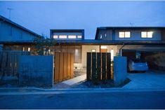 庭屋一如の通り土間の家「金衛町の家」   オーガニックスタジオ新潟 Garage Doors, House Design, Mansions, Studio, House Styles, Outdoor Decor, Home Decor, Modern Japanese Garden, Decoration Home