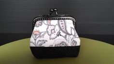 This is a kiss lock frame purse made with one-piece style pattern. It is supposed to be finished with a 8.5 cm curve frame. I trim the top of the opening a little bit and fit it into a 8 cm rectangle frame.