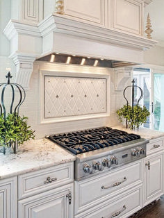 Antique white kitchen cabinets - It's All About That Ceiling and 10 Simple Holiday Decorating Ideas – Antique white kitchen cabinets Antique White Cabinets, White Kitchen Cabinets, Dark Cabinets, Kitchen Drawers, Kitchen Shelves, Kitchen Interior, Kitchen Decor, Kitchen Ideas, Kitchen Tile