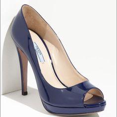 Prada Patent Leather Peep Toe Pump: blue is the new black! Zapatos Peep Toe, Peep Toe Pumps, Navy Pumps, Blue Heels, Cute Shoes, Me Too Shoes, Pretty Shoes, Marken Outlet, Shoe Boots