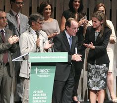 16/9/2014: This evening, Queen Letizia attended the 'V De Vida' Award Ceremony in San Sebastian. The awards recognize the work of individuals and institutions that have made a significant contribution to improve the lives of people suffering from cancer.