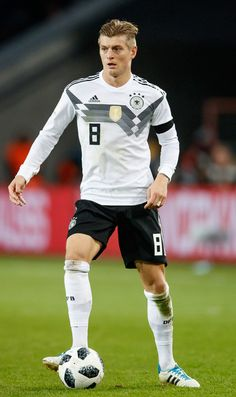 Toni Kroos Photos - Toni Kroos of Germany runs with the ball during the international friendly match between Germany and France at RheinEnergieStadion on November 2017 in Cologne, Germany. - Germany v France - International Friendly Ronaldo Football Player, Neymar Football, Football Jerseys, Football Players, Germany Football Team, Dfb Team, We Are The Champions, Toni Kroos, Cute Love Images