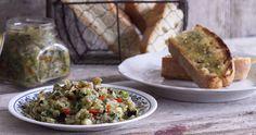 Μελιτζανοσαλάτα από τον Άκη Πετρετζίκη. Σπιτική μελιτζανοσαλάτα με πιπεριά που μπορούμε να σερβίρουμε σαν ορεκτικό με ψωμάκι, πίτες και με κρέας ως συνοδευτικό!