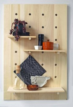 More mod pegboard shelving. DIY Project Idea: How to Make a Modern Pegboard Shelving System — Apartment Therapy Tutorial Mur Diy, Diy Casa, Shelving Systems, Storage Systems, Modular Shelving, Diy Shelving, Adjustable Shelving, Shelf System, Modern Shelving