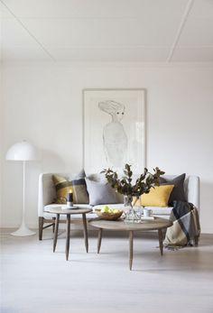 Sofabord i lakkert eik, med tøffe detaljer på bena!rnVi sender i hele Norge.