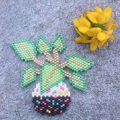 La petite plante gourmande de @milouchkalala je n'y ai pas résisté, et ça tombe bien, j'avais les couleurs dans mon sac. Un signe du destin? #motifmilouchkalala #plante #planteverte #diy #handmade #jesuisunesquaw #perlezmoi #jenfiledesperlesetjassume #perlesaddict #perlesaddictanonymes #perlescorner #perlesandco #brickstitch Beaded Bracelet Patterns, Peyote Patterns, Beading Patterns, Beaded Jewelry, Beaded Bead, Loom Beading, Beaded Flowers, Bead Art, Earrings