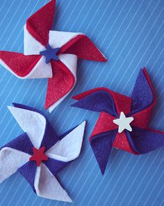 Fourth of July is one of my most favorite holidays… there's something about the Red, White and Blue… it just makes my heart happy and proud. We've gathered some ideas that are fun and new and we hope 4th July Crafts, Patriotic Crafts, Patriotic Decorations, Tree Decorations, 4th Of July Party, Fourth Of July, Felt Crafts, Diy Crafts, Wood Crafts