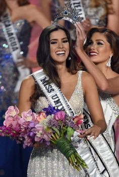 Miss Colombia Paulina Vega (L) is crowned Miss Universe 2014 by Miss Universe 2013 Gabriela Isler (R) during the Annual Miss Universe Pageant in Miami. Miss Universe Swimsuit, Miss Independent, Women Lawyer, Miss Usa, Miss World, Beauty Pageant, Beauty Queens, Beauty Trends, Supermodels