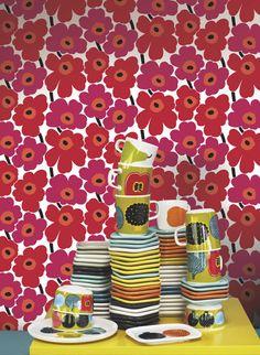 Tapete Pieni Unikko von Marimekko #blumen #floral #hyggelig #skandinavisch Marimekko, Retro, Advent Calendar, Snoopy, Holiday Decor, Character, Home Decor, Art, Bold Colors