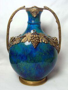 Magnifica ânfora em porcelana de Sévres, cerca de 1890 com rico trabalho em bronze do período Art No