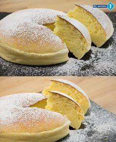 Japanischer Käsekuchen - ganz fluffig wird dieser superleckere Frischkäse-Kuchen durch ganz viel Eischnee und das Backen im Wasserbad. Unbedingt nachmachen, geht gar nicht so schwer mit unserem Rezept! #Cheesecake #backen #Kaesekuchen