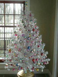 Vintage Aluminum Christmas Tree, Retro Christmas, White Christmas, Christmas Home, Xmas, Silver Christmas Decorations, Christmas Tree Themes, Christmas Scenes, Silver Tinsel Christmas Tree