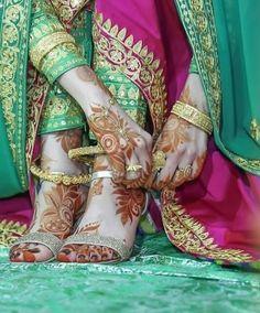 Cute hand&leg mehndi design of bridal Mehndi Designs Feet, Bridal Henna Designs, Mehndi Design Pictures, Mehndi Images, Mehandi Designs, Pakistani Girl, Pakistani Bridal, Pakistani Dresses, Bridal Lehenga
