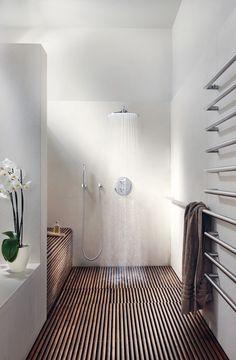 * Suelo de madera continuado hasta en la zona de la ducha.