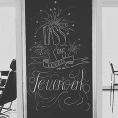 ....und hier sieht man mein FEUERWERK noch besser als in der gestrigen timelapse  .  ich wünsche dir GUTE NACHT🎆  .  .  #chalk #chalkart #chalkboardart #handlettering #lettering #letterlover #dailyart #dailylettering #kreide #swissblogger #creativeblogger #diyblogger #lassunslebenwieeinfeuerwerk #handmadefont #goodevening #goodnight #enjoythemoment #creative #inspiration #thatsdarling #homedecor #homeinspiration #homeinspo