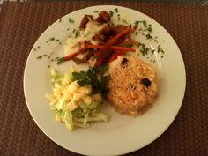 Montadito de Lomo de Cerdo caramelizado con Curry Sobre Chop Suey y Salsa Bechamel, Ensalada Tropical con piña, coco y crema de leche & Arroz Caramelizado con Pasas