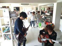 [Alexandros]白井眞輝2015/8/27「GiGS」8月号この写真、うちのマネージャー伊藤が撮った物でギターが同じテネシアンなのですが浅井さんが持ってるのが自分ので自分が持ってるのが浅井さんの物なんですよ。: